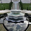 Debesys atsispindi fontano vandenyje