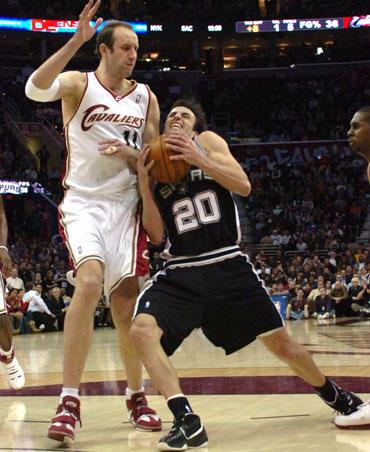"""Žydrūnas Ilgauskas (""""Cavaliers"""") stabdo Emanuelį Ginobili (""""Spurs"""")"""