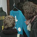 Žmonės apžiūrinėja A. Ramanausko - Greitai sukurtus megztinius