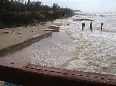 Audros nuniokotas pajūrio krantas