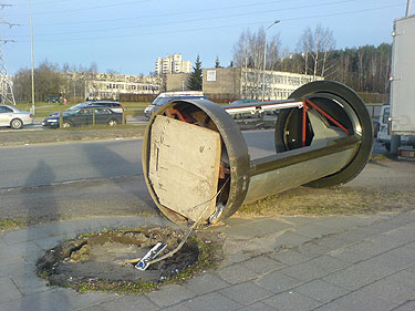 Nuvirtęs reklaminis stendas Vilniuje