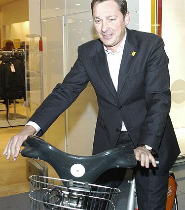 A. Zuokas ant naujojo miesto dviračio