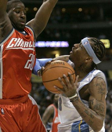 """Raymondas Feltonas (""""Bobcats"""") stabdo Alleną Iversoną (""""Nuggets"""")"""