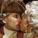 Pora, dėvinti istorinius drabužius, bučiuojasi Venecijoje vykstančio karnavalo metu.