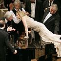 Aktorė Sharon Stone bučiuoja aktorių Richardą Gere'ą.