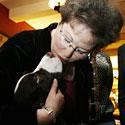 Teresa Patton bučiuoja savo augintinį Džeimsą.