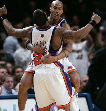"""Stephonas Marbury ir Quentinas Richardsonas (""""Knicks"""") džiaugiasi pergale"""
