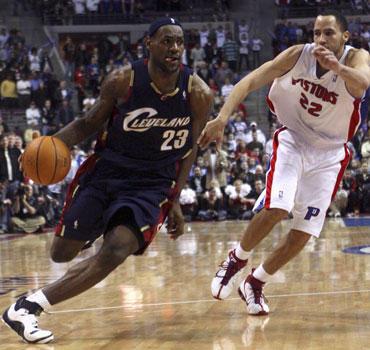 """LeBronas Jamesas (""""Cavaliers"""") veržiasi pro Tayshauną Prince'ą (""""Pistons"""")"""
