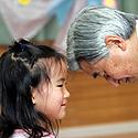Japonijos imperatorius Ahikito kalbasi su mergaite