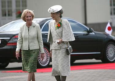 Alma Adamkienė ir Japonijos imperatorienė Michiko