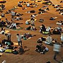 Keleiviai miega geležinkelio stotyje