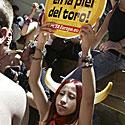 Protestuotoja prieš bėgimą su buliais