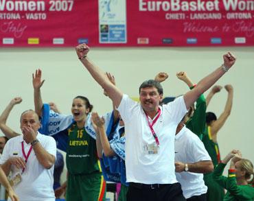 Lietuvos moterų krepšinio rinktinės treneriai ir žaidėjos džiaugiasi pergale