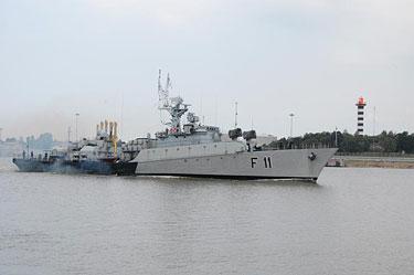 """Sudėtingiausia įamžinti karo laivą. Nuotraukoje į Klaipėdos uostą įplaukia fregata """"Žemaitis"""""""