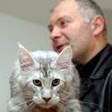 Meino meškėno veislės katinas Mauglis ir jo šeimininkas Vytenis
