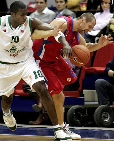 """Romainas Sato (""""Montepaschi"""") stabdo Ramūną Šiškauską (CSKA)"""