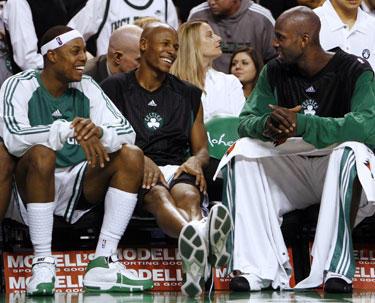 """Bostono """"Celtics"""" krepšininkai Paulas Pierce'as, Ray Allenas ir Kevinas Garnettas"""