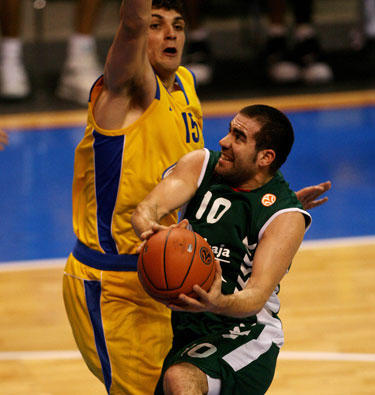 """Carlosas Cabezasas (""""Unicaja"""") atakuoja per Estebaną Batistą (""""Maccabi"""")"""