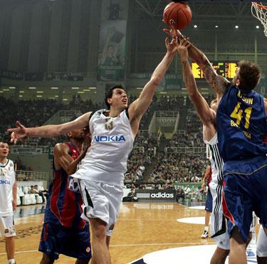 """Dimitris Diamantidis (""""Panathinaikos"""") meta per Mario Kasuną (""""Barcelona"""")"""