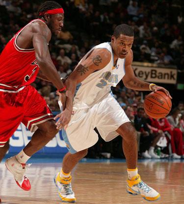 "Marcusas Camby (""Nuggets"") veržiasi pro Beną Wallace'ą (""Bulls"")"