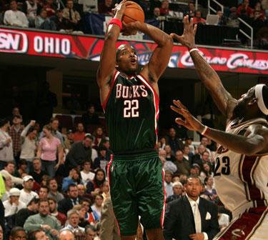 """Michaelo Reddo (""""Bucks"""") metimas per LeBroną Jamesą (""""Cavaliers"""")"""
