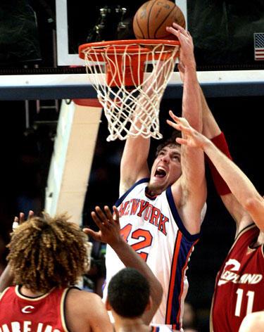 """Davidas Lee (""""Knicks"""") deda į """"Cavaliers"""" krepšį"""