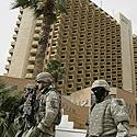 Amerikiečių kariai prie vieno iš Bagdado viešbučių po raketų atakos