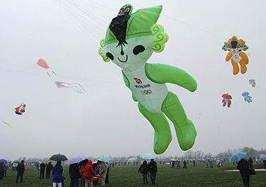 Pekino Olimpinių žaidynių simboliai skrajoja danguje per kasmetinį aitvarų festivalį Kinijoje