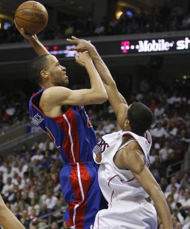 """Tayshauno Prince'o (""""Pistons"""") metimas į """"76ers"""" krepšį"""