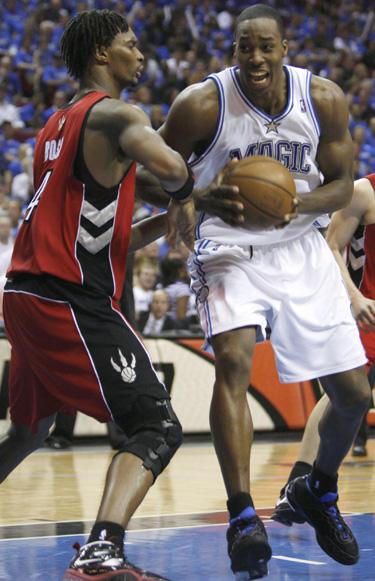"""Chrisas Boshas (""""Raptors"""") ginasi prieš Dwightą Howardą (""""Magic"""")"""