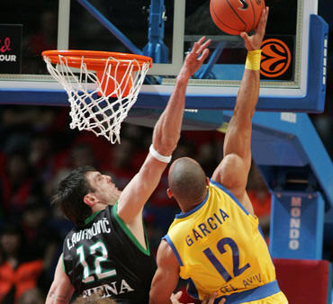 """Kšyštofas Lavrinovičius (MDP) ginasi prieš Alex garcia (""""Maccabi"""")"""