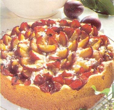 Slyvų pyragas, apibarstytas cukrumi