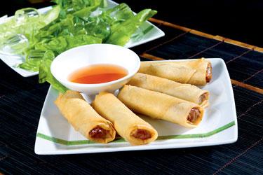 Tailandietiški patiekalai. Vištiena su grybais, daržovėmis ir stikliniais makaronais tešloje su čili padažu