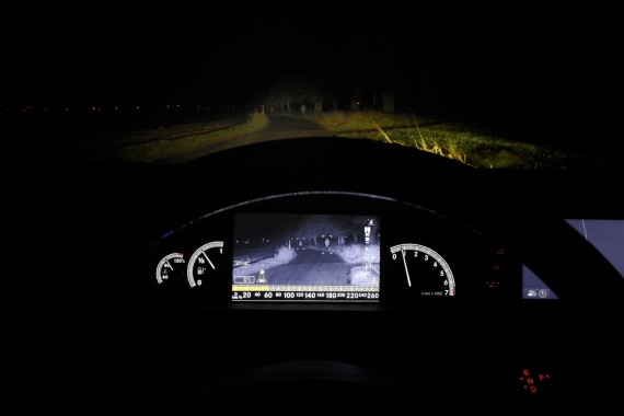 """Artėjantys """"Mercedes-Benz"""" automobiliai perspės pėsčiuosius"""