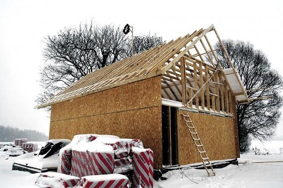 Namas jau stovi! Nors iki Kalėdų ranka paduot, darbai vyksta sparčiai. Kiti metai Gudauskų šeimai bus tikrai linksmesni.
