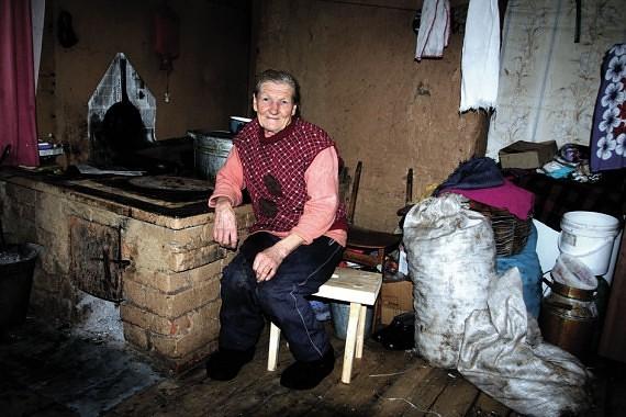 Močiutė Marija Pleškienė pradėjo šypsotis, kai įsitikino, kad namo statyba – ne tušti pažadai.