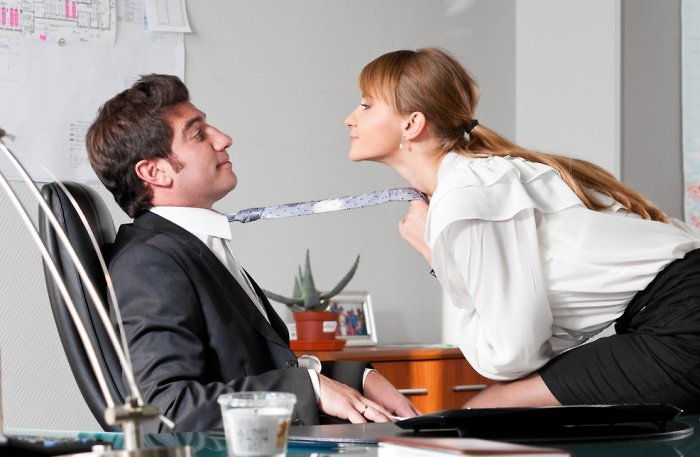 Судья на работе занимался сексом с сотрудницами