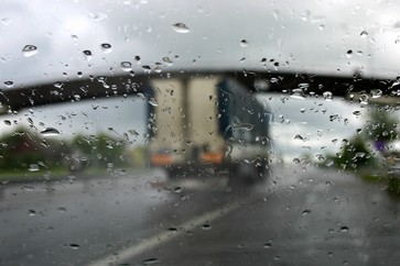 Sunkvežimiai, kelias, automobilio langas, lietus