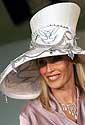 Melburnas 2004. Lyn Talbot demonstruoja brangakmeniais puoštą skrybėlę.