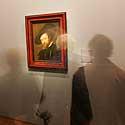 Austrijoje muziejaus lankytojai apžiūrinėja Rubenso autoportretą.
