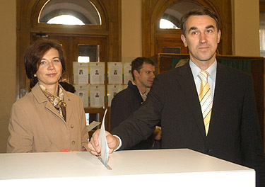 Balsuoja Petras Auštrevičius su žmona Gintare