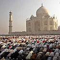 Indijos musulmonai meldžiasi prie Tadž Mahalo
