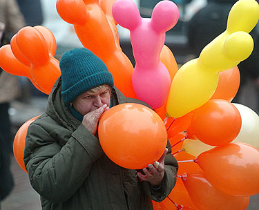Ukrainos suirutės metu Kijevo gatvėse klesti oranžinių balionų prekyba.