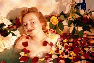 Moteris rožių vonioje