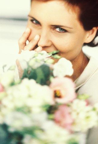 Moteris su gėlėm