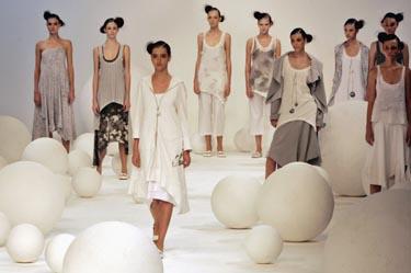 Mados šou manekenė pristato dizainerės Marios Bonitos kurtą drabužį. Rio de Žaneiras.