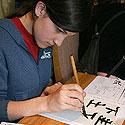 Tarptautinė bonsai ir suiseki paroda Alytus 2005. Sumi-e - parodos lankytojai mokosi rašyti hieroglifus