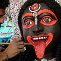 Indijos menininkas dažo deivės Durgos skulptūrą