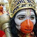 Indų maldininkas, apsirengęs Hindu Dievu, dalyvauja šventinėje procesijoje.