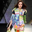 Modelis demonstruoja jaunosios Indonezijos dizainerės kurtą drabužį